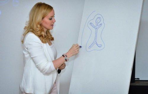 dr. Gulácsi Bernadett előadás közben rajzol